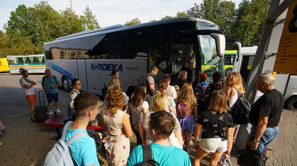 Пассажиры ожидают посадки на автобус Даугавпилс - Рига - Sputnik Латвия