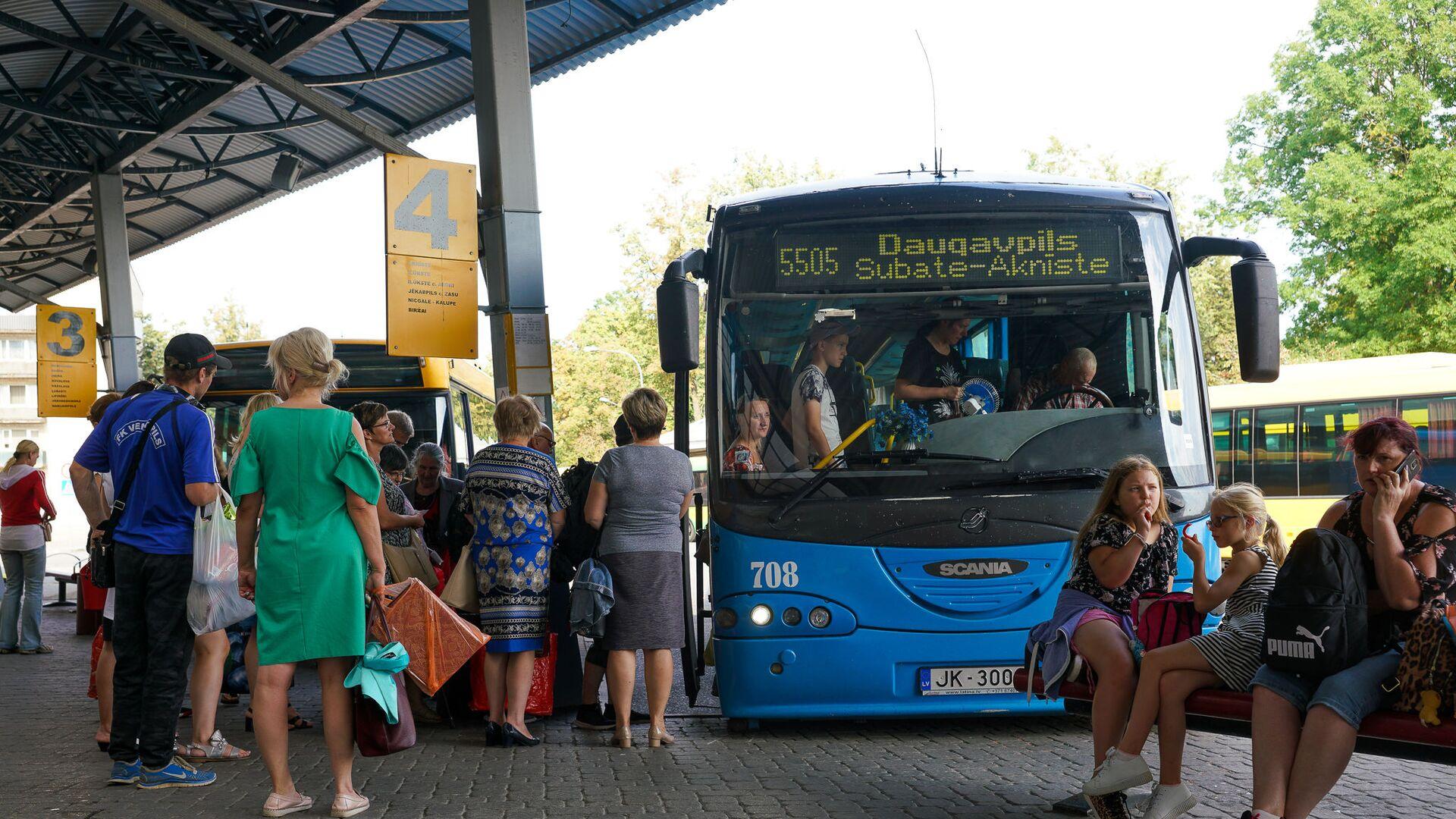 Пассажиры садятся в междугородний автобус на автовокзале Даугавпилса - Sputnik Латвия, 1920, 10.07.2021