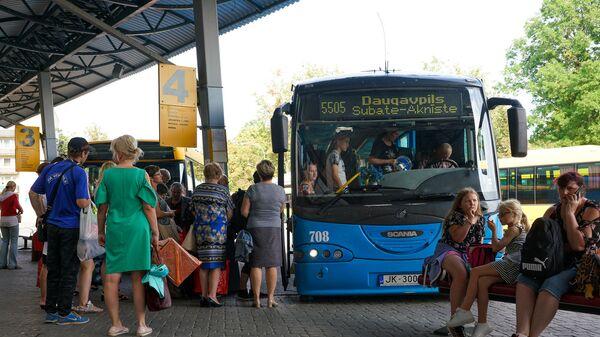 Пассажиры садятся в междугородний автобус на автовокзале Даугавпилса - Sputnik Латвия