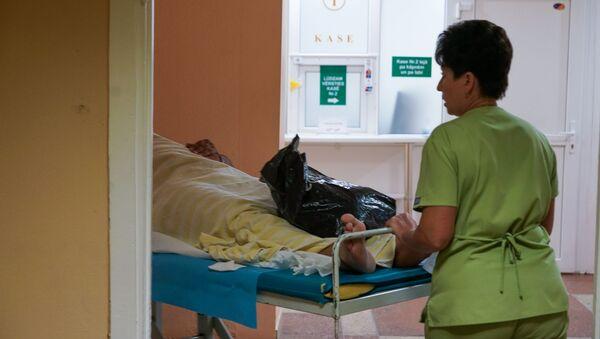 Медсестра везет пациента на каталке - Sputnik Latvija