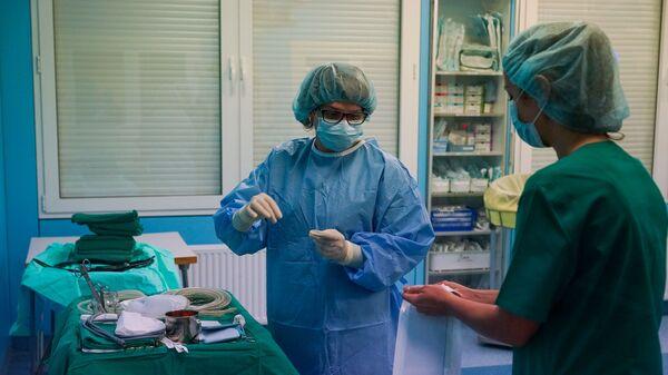 Медсестры готовят материалы для операции - Sputnik Latvija