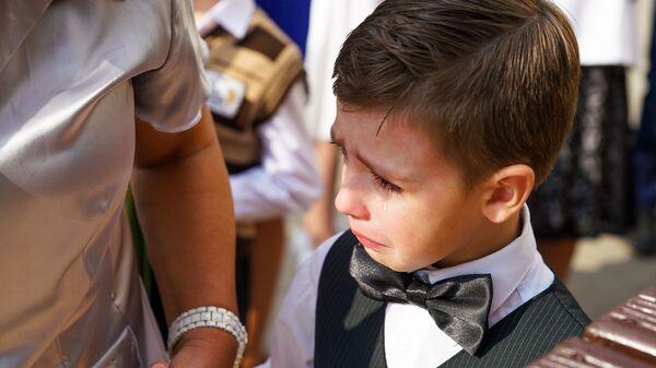 День знаний в Рижской средней школе №88. Первоклассник плачет на торжественной линейке - Sputnik Latvija