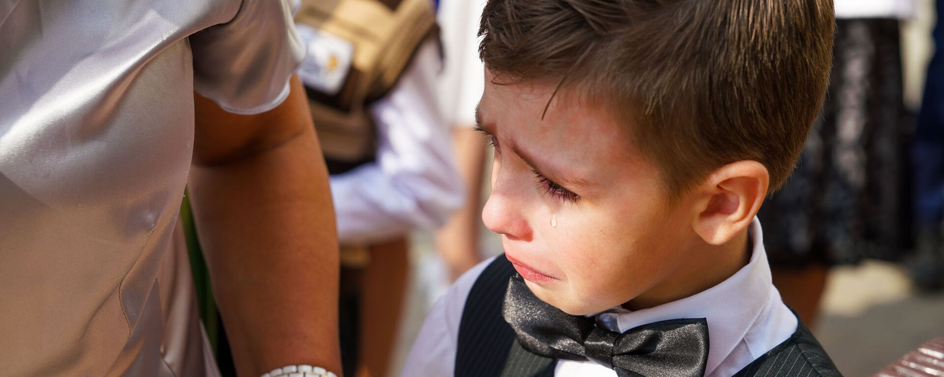 День знаний в Рижской средней школе №88. Первоклассник плачет на торжественной линейке - Sputnik Латвия, 1920, 25.08.2021