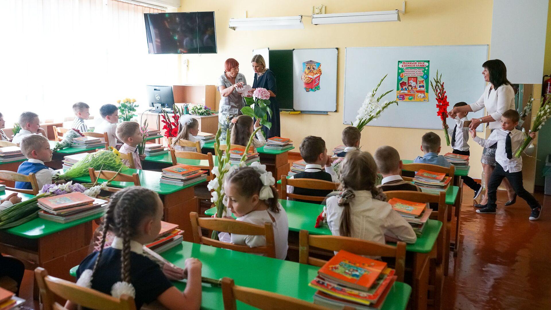 День знаний в Рижской средней школе №88. Первый класс - Sputnik Латвия, 1920, 05.07.2021