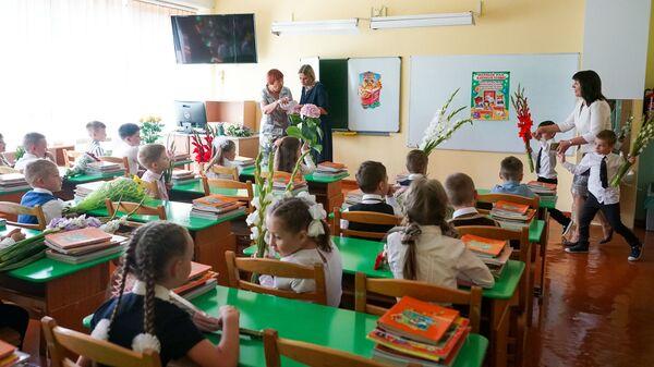 День знаний в Рижской средней школе №88. Первый класс - Sputnik Латвия
