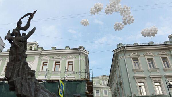Воздушные шары, запущенные у монумента В память о жертвах трагедии в Беслане в Москве, архивное фото - Sputnik Latvija