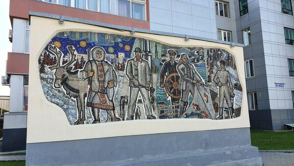 Мозаика у здания городской администрации дает представление о профессиях населения Сахалина - Sputnik Латвия