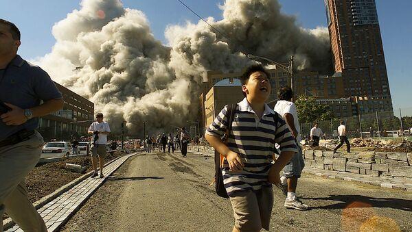 Люди бегут прочь от Всемирного торгового центра после того, как он подвергся атаке 11 сентября 2001 года - Sputnik Латвия