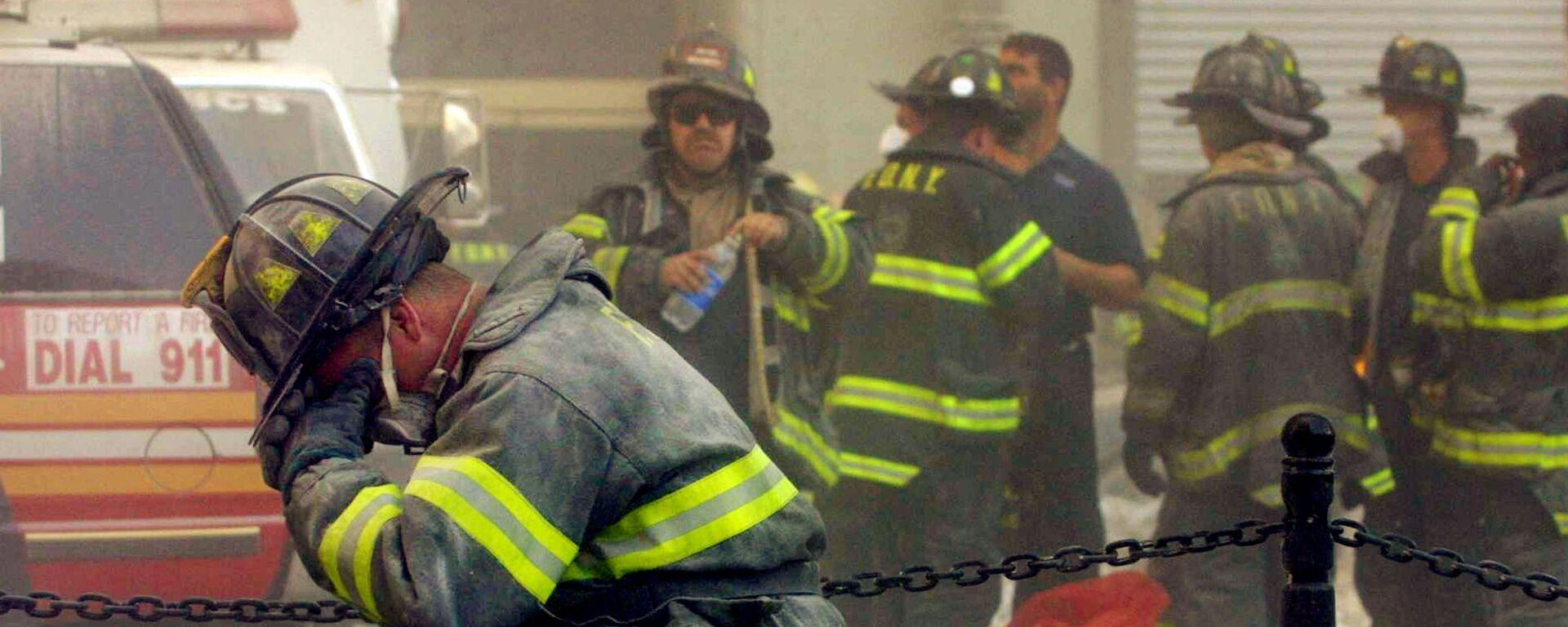 Пожарный плачет возле Всемирного торгового центра в Нью-Йорке, подвергшегося террористической атаке 11 сентября 2001 гоад - Sputnik Latvija, 1920, 07.09.2021