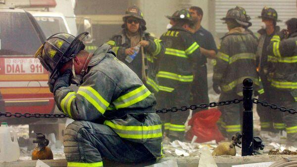Пожарный плачет возле Всемирного торгового центра в Нью-Йорке, подвергшегося террористической атаке 11 сентября 2001 гоад - Sputnik Latvija