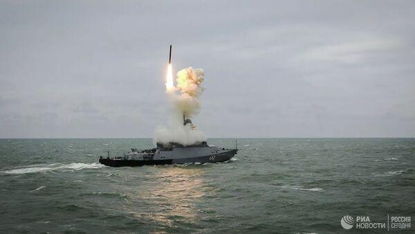 Малый ракетный корабль Град Свияжск запускает ракету Калибр - Sputnik Latvija
