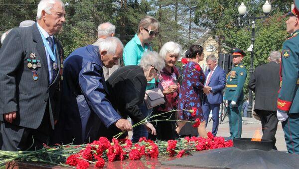 Ветераны принесли цветы к Вечному огню - Sputnik Latvija