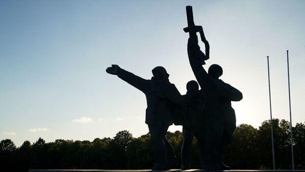 Таблички националистов или голый постамент: что ждет памятник Освободителям в Риге - Sputnik Латвия
