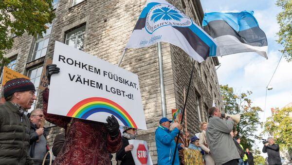 Пикет под названием Гомопропаганду вон из школы! перед зданием Министерства образования и науки в Таллинне - Sputnik Латвия
