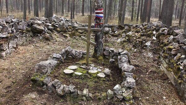 Игорь Гусев собрал то, что разбросали вандалы во время погрома на кладбище - Sputnik Latvija