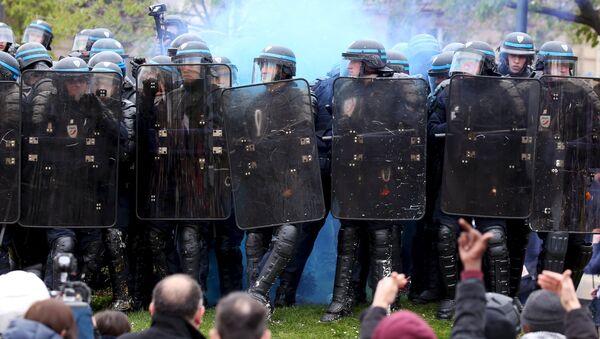 Протесты против предложенного трудового законодательства в Париже - Sputnik Латвия