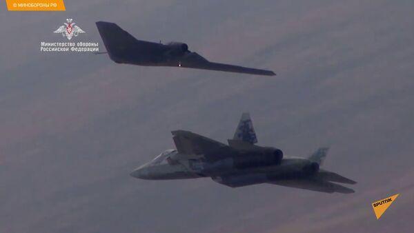 Охотник совершил первый совместный полет с истребителем Су-57 - видео - Sputnik Латвия