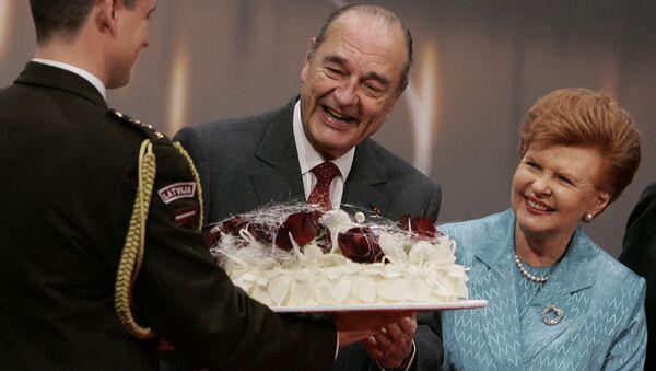 Вайра Вике-Фрейберга вручает Жаку Шираку торт в честь дня его рожденья 29 сентября 2006 года - Sputnik Латвия