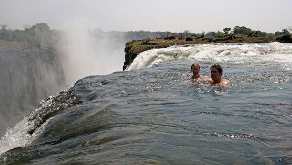 Плавание в Devil's Pool на стороне Замбии  - Sputnik Латвия