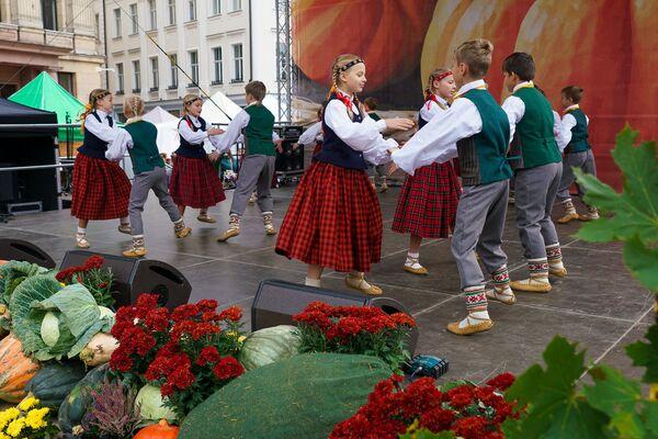 Гостей на Домской площади развлекали народными танцами - Sputnik Латвия