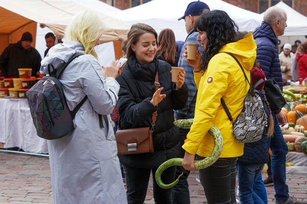 Молодежь тоже пришла в День Микелиса за урожаем на Домскую площадь - Sputnik Латвия