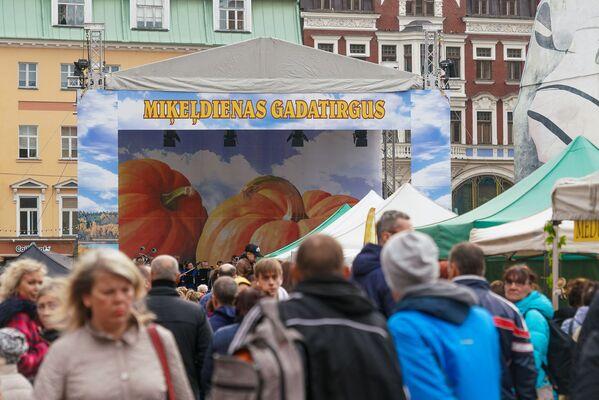 Под большим шатром расположилась сцена, где выступали различные ансамбли - Sputnik Латвия