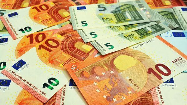 Банкноты номиналом 5 и 10 евро. - Sputnik Latvija