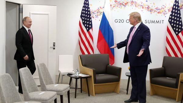 Президент РФ Владимир Путин и президент США Дональд Трамп во время встречи на полях саммита Группы двадцати в Осаке - Sputnik Латвия