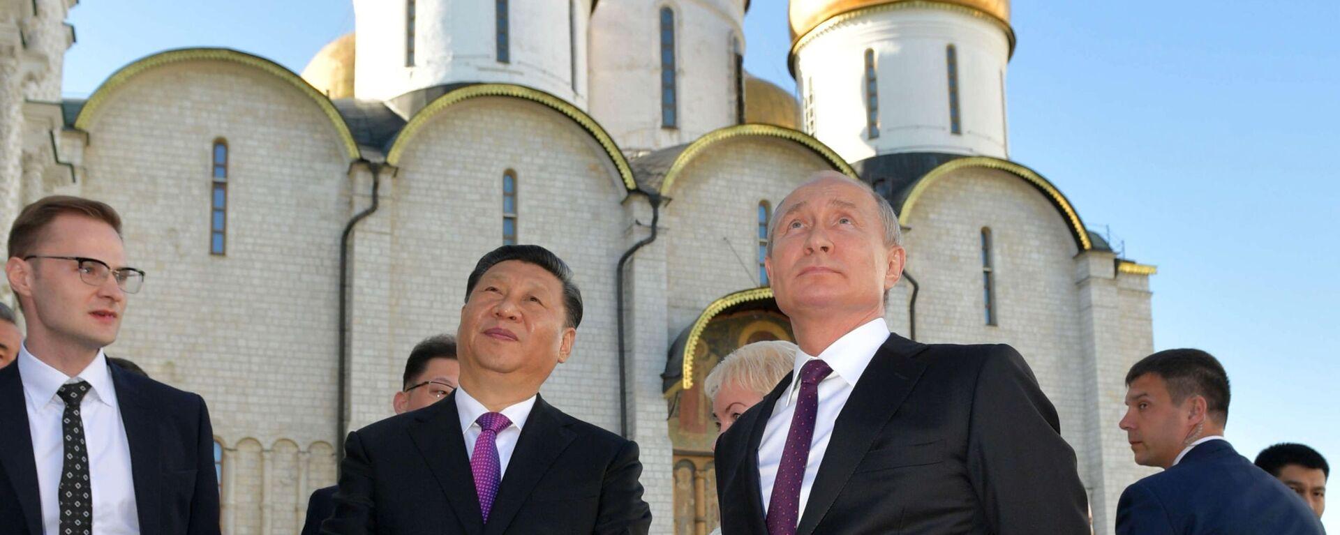 Председатель КНР Си Цзиньпин и президент России Владимир Путин во время экскурсии по Кремлю - Sputnik Латвия, 1920, 29.06.2021