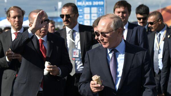 Президент РФ Владимир Путин и президент Турции Реджеп Тайип Эрдоган с мороженым во время посещения Международного авиакосмического салона МАКС-2019 - Sputnik Latvija