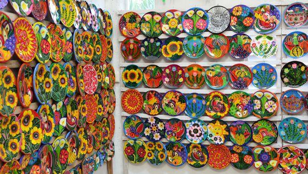 Сувениры в магазине для туристов на одном из курортов полуострова Юкатан в Мексике. - Sputnik Latvija