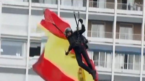 Парашютист повис на столбе во время военного парада в Испании - Sputnik Латвия