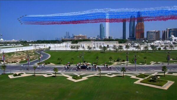 Арабские истребители нарисовали российский флаг в небе над ОАЭ: встреча Путина - Sputnik Латвия