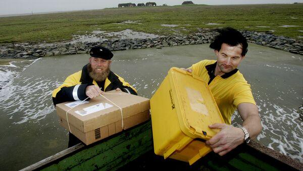 Два немецких почтальона из самой северной и самой южной точек Германии доставляют почту в Греде, Германия - Sputnik Latvija