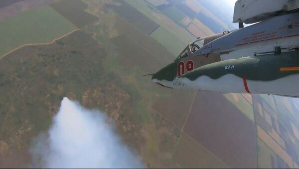 Смотрите, как российские штурмовики бомбят аэродром условного противника - Sputnik Латвия