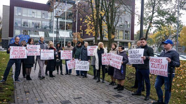 Пикет общества пострадавших в трагедии магазина Максима у здания суда - Sputnik Латвия