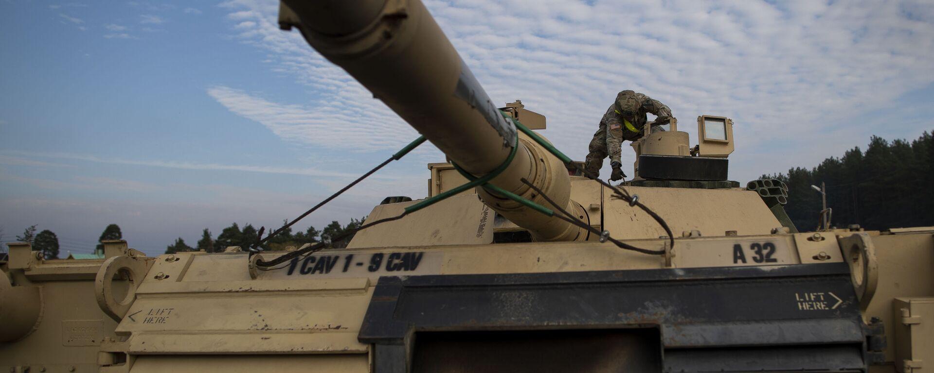 Американский военнослужащий готовит танк Abrams к разгрузке на железнодорожной станции в Литве - Sputnik Latvija, 1920, 06.02.2021