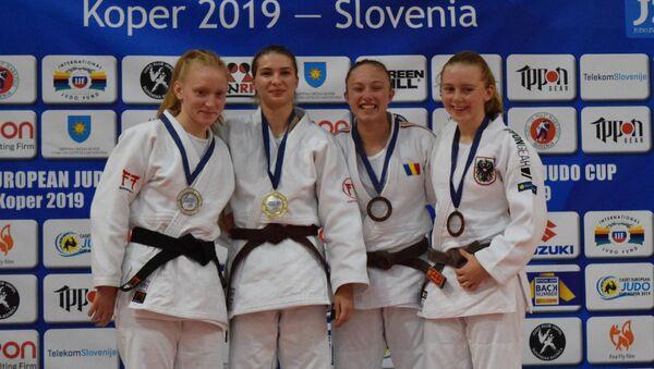 Анастасия Сокирянская (вторая слева) на пьедестале этапа Кубка Европы по дзюдо в Словении - Sputnik Латвия