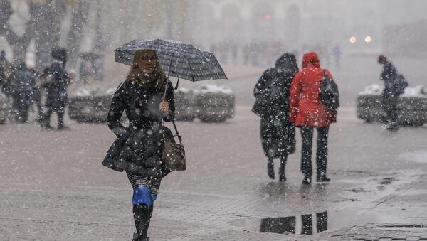 Первый снег в Риге. Прохожие - Sputnik Latvija