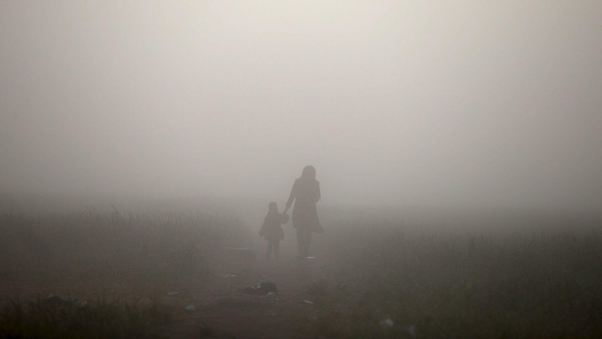 Женщина с ребенком в тумане - Sputnik Латвия, 1920, 26.09.2021