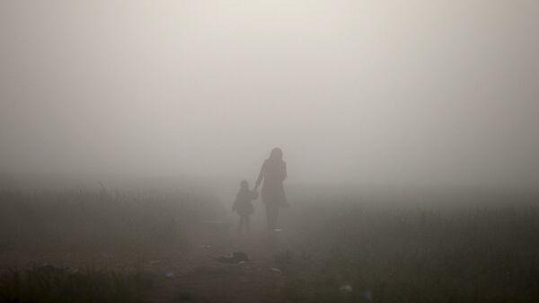 Женщина с ребенком в тумане - Sputnik Латвия