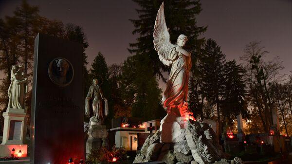 Свечи на могилах усопших в День памяти умерших на Лычаковском кладбище во Львове - Sputnik Латвия