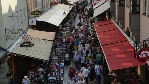 Горожане и туристы на улице Мюнцгассе в Дрездене.  - Sputnik Латвия