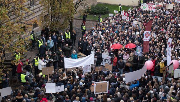 Многотысячная акция протеста медиков и противников краевой реформы у Сейма - Sputnik Латвия