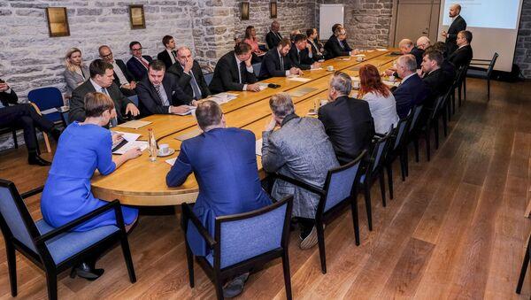Президент Эстонии Керсти Кальюлайд во время встречи с Советом по государственной обороне в Кадриорге - Sputnik Латвия