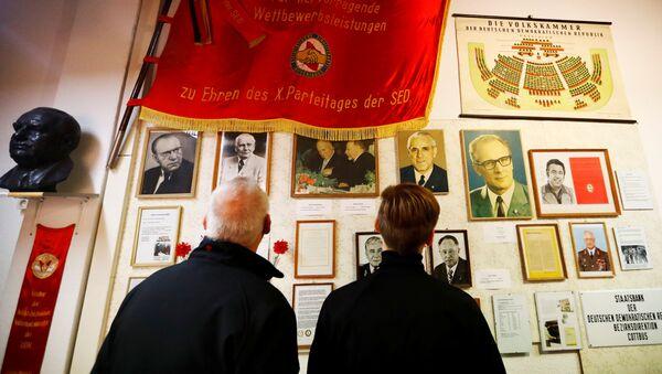 Посетители в музее ГРД в Пирне, Германия - Sputnik Латвия