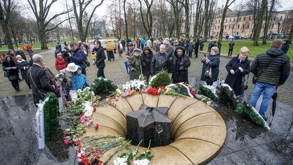Церемония зажжения Вечного огня у мемориала советским воинам в Даугавпилсе - Sputnik Латвия