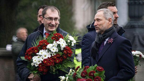 Министр транспорта Талис Линкайтс и министр юстиции Янис Борданс у памятника Свободы в День Лачплесиса - Sputnik Латвия