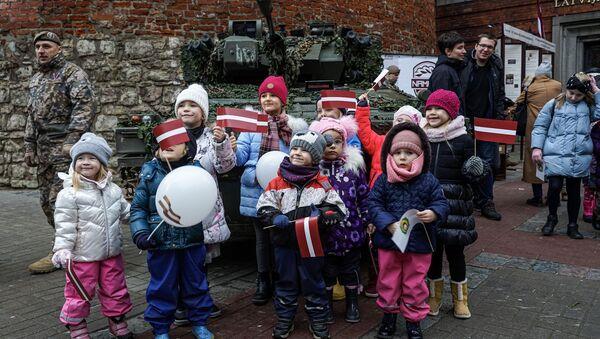 Дети фотографируются у подержанной британской танкетки CVRT, закупленной латвийской армией - Sputnik Латвия