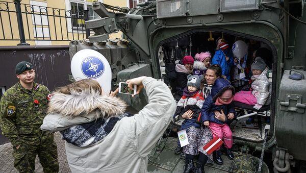 Дети в канадском БТР LAV 6 в День Лачплесиса - Sputnik Латвия